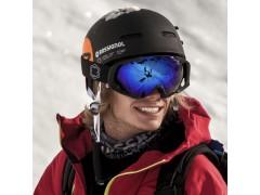 Un rider indossa una maschera da sci Out Of Edge sopra al suo casco wipeout durante una giornata di freeride.
