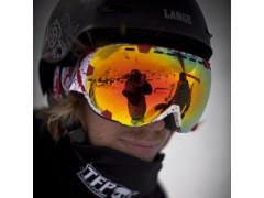 Ritratto di un rider che indossa una maschera da sci Out Of Eyes sotto il suo casco Wipeout