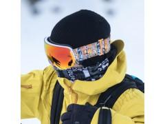 Un rider Out Of indossa una maschera da sci Open durante una sessione di freeride