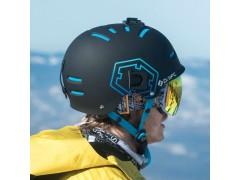 Un rider indossa una maschera da sci Out Of Open sotto il suo casco wipeout