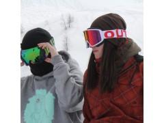 Due rider indossano le loro maschere da sci Out Of Open e Shift
